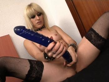 Nora, la gotica adicta al sexo, no para de masturbarse con nuestras pollazas